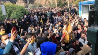 İran'da öğrencilerin protestosu