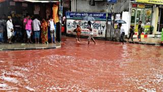 Mafuriko ya mito iliochanganyika na damu ya mifugo iliochinjwa wakati wa siku kuu ya Eid-Adha mjini Dhaka