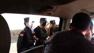 полицейские просят выйти из машины