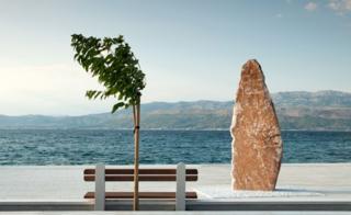 Хорватия: скульптура из камня и дерево на фоне моря