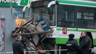 автобус врезался в остановку