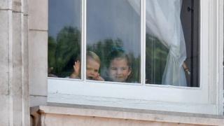 Принц Луї та принцесса Шарлотта спостерігають за парадом з вікна Букінгемського палацу