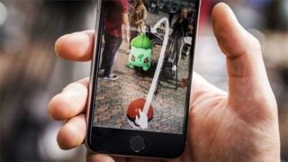 Celular mostrando Pokémon