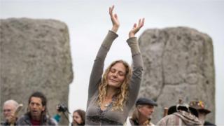 Žena pleše dok se na Stonhendžu okupljaju druidi, pagani i bahanalisti
