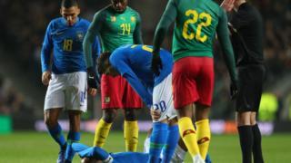 Neymar ubwo yari aryamye mu kibuga nyuma yo kuvunika umutsi wo mu itako