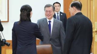 Президент Южной Кореи Мун Чжэ Ин пожимает руку сестры Ким Чен Ына