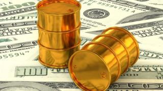 Dos barriles dorados sobre dólares