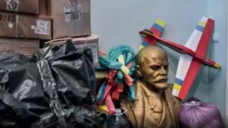 塞巴斯蒂安·戈伯特希望了解这些被砍列宁头像背后的故事。