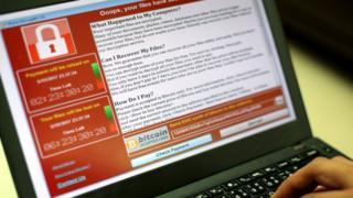 bilgisayar ekranında wannacry virüsünün fidye isteyen websitesi çıkıyor