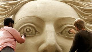 Скульпторы раскрашивают мифологическую скульптуру