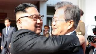 한국 문재인 대통령과 북한 김정은 국무위원장이 26일 오후 판문점 북측지역 통일각에서 끌어안고 있다.