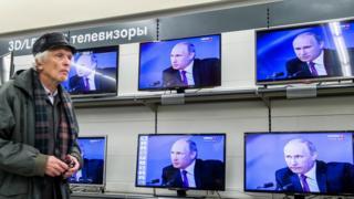 Путин на экранах в магазине