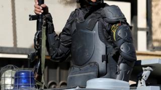 عنصر من الشرطة المصرية يحمل سلاحه