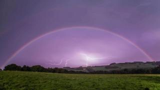 Imagem de arco-íris lunar captada por Ian Glendinning em Northumberland, no norte da Inglaterra