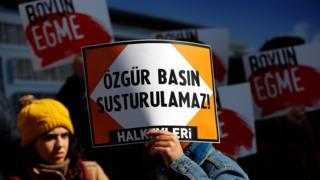 Türkiye'de gazetecilerle dayanışmak için eylemler düzenleniyor