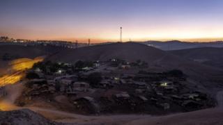 روستای خان احمر نزدیک به دویست نفر جمعیت دارد