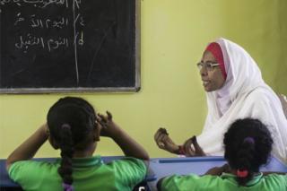 صفا معلم زبان عربی و دینی در مدرسه بینالمللی در شهر ام درمان است. او بیش از بیست سال است که معلم است