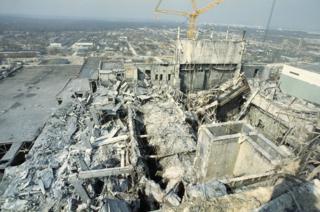 從旁邊3號反應堆看去,發生爆炸的4號反應堆成了廢墟