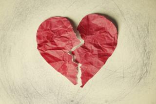قلب من الورق ممزق إلى نصفين