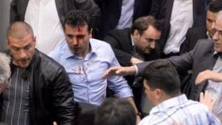 Социал-демократтар партиясынын лидери Зоран Заев имаратка митингчилер жулунуп кирген учурда жаракат алган.