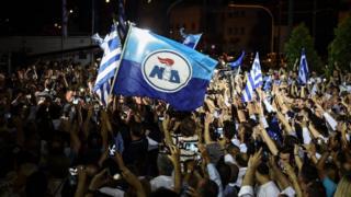 미초타키스 당선자의 승리를 기뻐하는 그리스 신민주당 지지자들