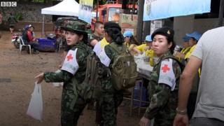 Một nhóm cứu hộ ngoài cửa hang Tham Luang