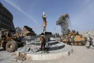 مجسمه کاوه آهنگر، یکی از نمادهای عفرین از میدان شهر پایین کشیده شد