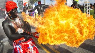 सैंट डामनिगो के कार्निवल में आग के करतब दिखाता कलाकार.