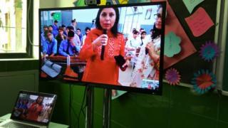 स्काइप के ज़रिए बीबीसी उर्दू संवाददाता शुमाएला जाफ़री और पाकिस्तान के छात्रों से बातचीत