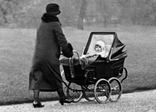 Kraljica Elizabeta kao dete u šetnji parkom