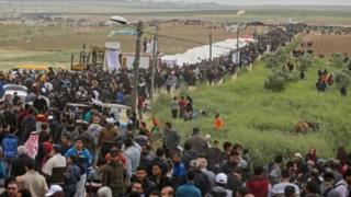 هزاران نفر از فلسطینیان در آستانه سالگرد تاسیس اسرائیل، تجمع اعتراضی و تحصنی ششهفتهای در مرز غزه با اسرائیل آغاز کردهاند.