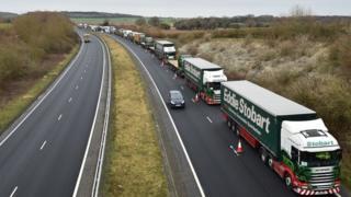Очередь из грузовиков возле британского порта Довер
