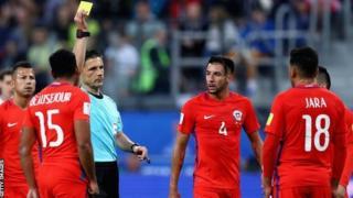 حكم المباراة ميلوراد مازيتش (وسط الصورة)