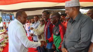 Rais wa Kenya Uhuru Kenyatta akizungumza na mwanariadha Eliud Kipchoge