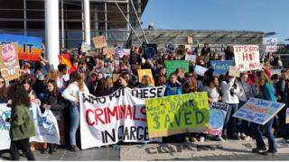 Protest newid hinsawdd Caerdydd