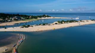 Imagem aérea mostra a Praia do Amor