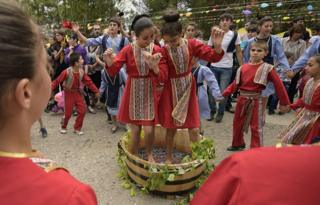orang armenia menari