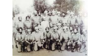 डोगरई की लड़ाई में भाग लेने वाले सैनिक प्रधानमंत्री लाल बहादुर शास्त्री के साथ. शास्त्री के ठीक पीछे हैं कर्नल हेड.