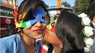 కోల్కతాలో నిర్వహించిన రెయిన్బో ప్రైడ్ వాక్ కార్యక్రమంలో యువతులు