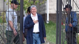 Экс-президент Алмазбек Атамбаев Кой-Таш айылындагы үйүнүн короосунда