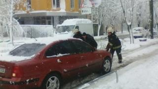 Харьковские спасатели помогают водителю