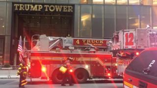 Bomberos en la torre Trump de Nueva York.