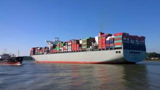 Container ship Manhattan Bridge
