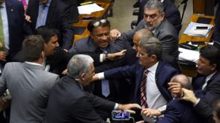 Deputados brigam durante votação do relatório no plenário