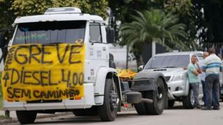 Caminhão parado em rodovia no Rio de Janeiro