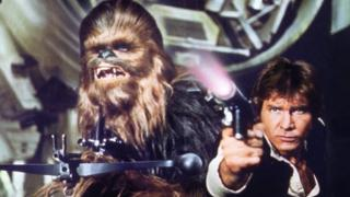 Peter Mayhew memerankan Chewbacca (L) bersama Harrison Ford dalam Star Wars Episode IV