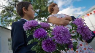 Школьник с цветами