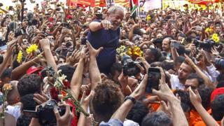 Ex-presidente Lula é carregado no meio de apoiadores, após discursar em frente ao Sindicato dos Metalúrgicos do ABC