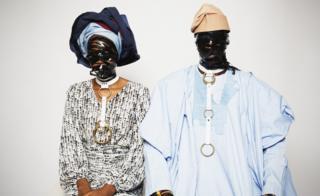 Una foto del fotógrafo nigeriano Lakin Ogunbanwo mostrando trajes tradicionales y personas vistiéndola con máscaras de cuero.
