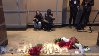 Люди в Питере приносят цветы к станциям метро, где произошел взрыв